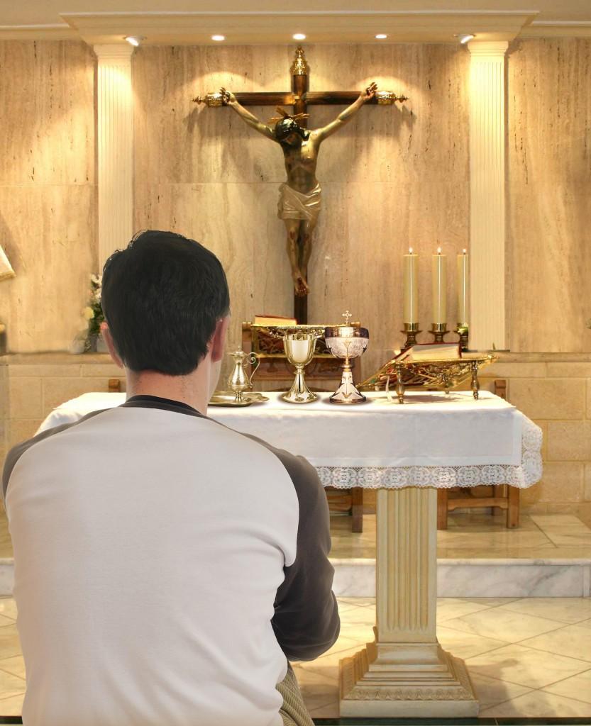 rezando en el sagrario