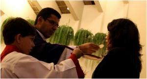 """""""La Iglesia vive de la Eucaristía""""25; ella es el núcleo hacia donde tiende toda la acción de la Iglesia. El Sacrificio Eucarístico es """"fuente y cima de toda la vida cristiana""""[26]."""