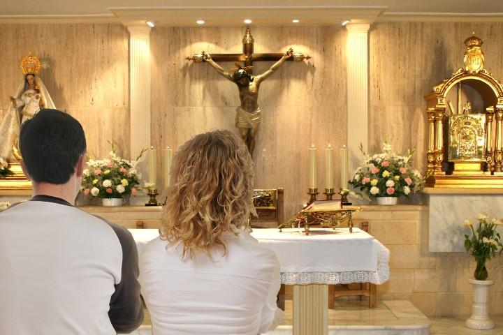 rezando al santisimo